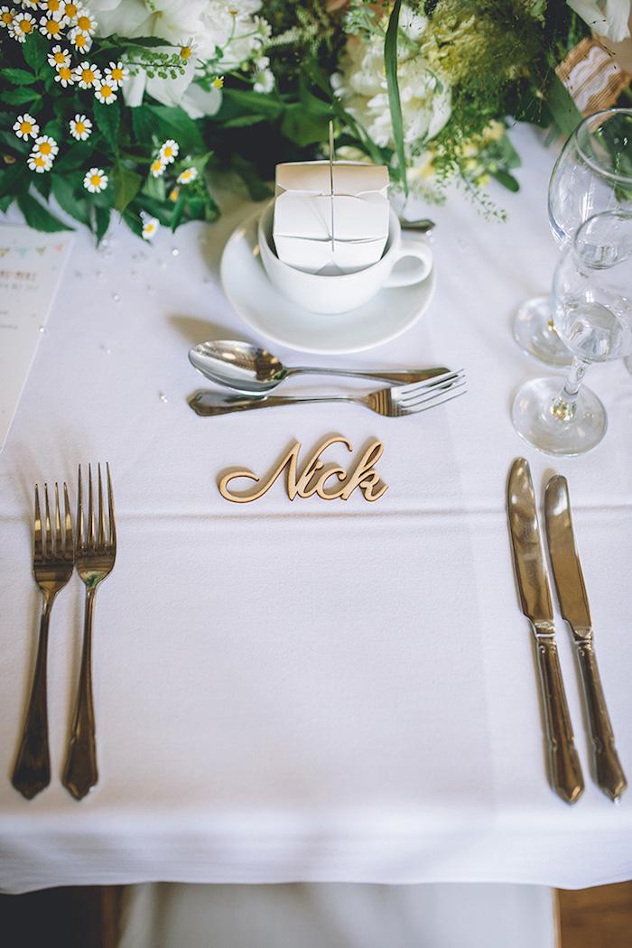 Ideen für Hochzeit Tischdeko, Name aus aus Holz für jeden Hochzeitsgast, Blumenstrauß aus Kamille