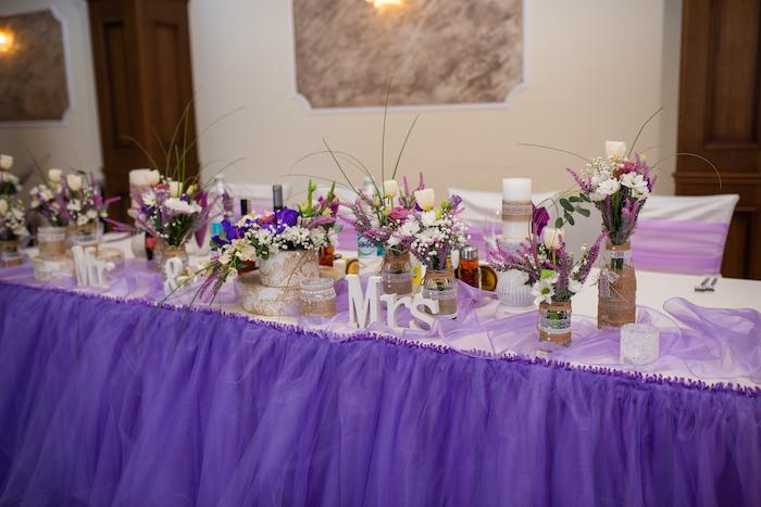 Tischdeko für Hochzeit, lila Decke, Vasen mit Spitze dekoriert, Buchstaben aus Holz