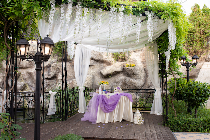 Prachtvolle Dekoration für Hochzeit in Weiß und Lila, Hochzeitsfeier im Garten