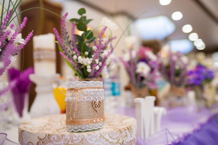 Landhaus Tischdeko für Hochzeit, kleine Vase mit Spitze dekoriert, lila Lavendel