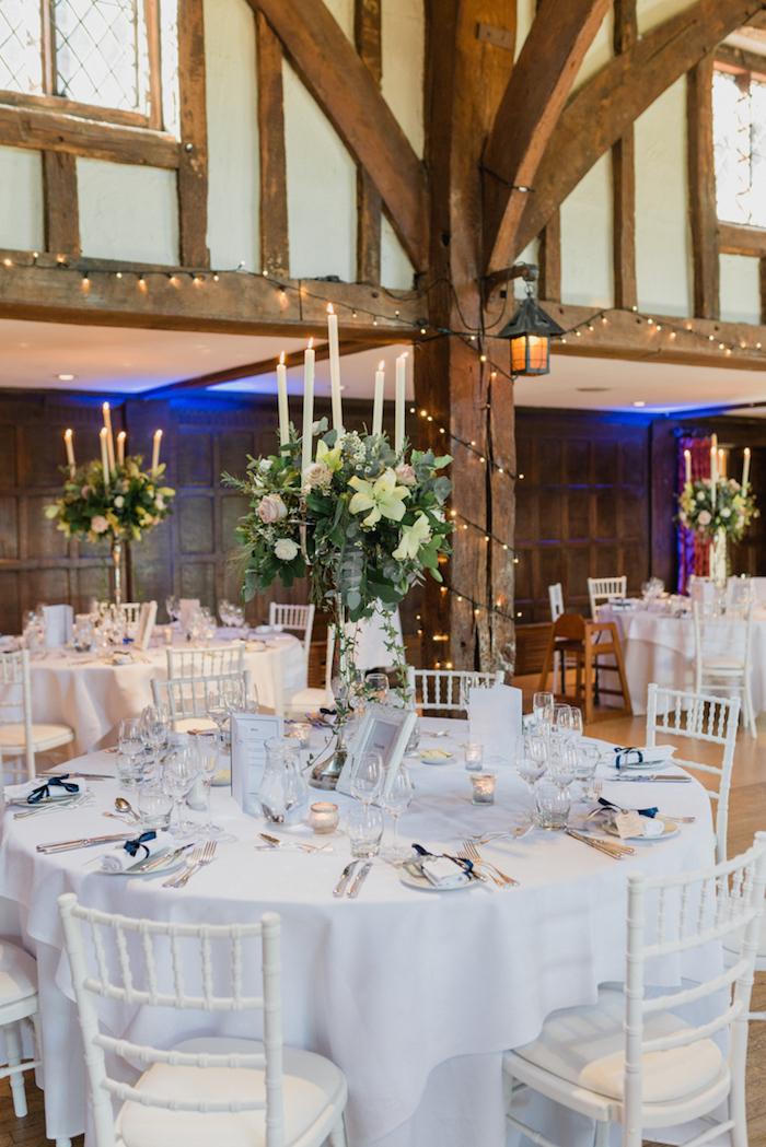 Hochzeit Tischdekoration in Weiß, weiße Tischdecke, Bilderrahmen und Duftkerzen