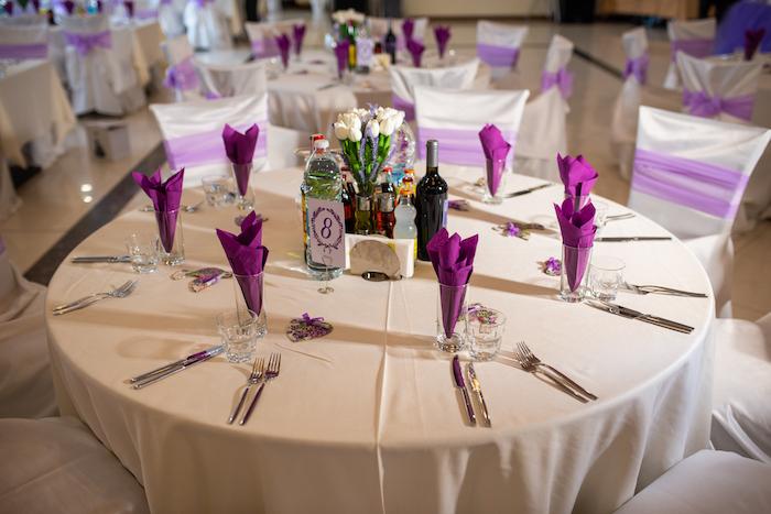 Tischdeko für Hochzeit in Weiß und Violett, weiße Decke und violette Servietten, weißer Tulpenstrauß