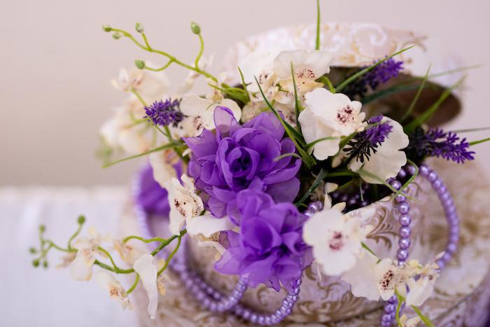 Dekoration für Hochzeit, weiße und lilafarbene Blumen und Perlen in Schachtel