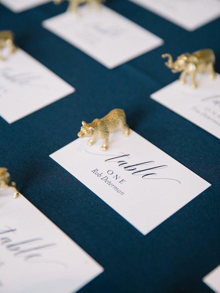 Zettel mit den Namen aller Hochzeitsgäste, kleine goldene Figuren, Ideen für Gastgeschenke