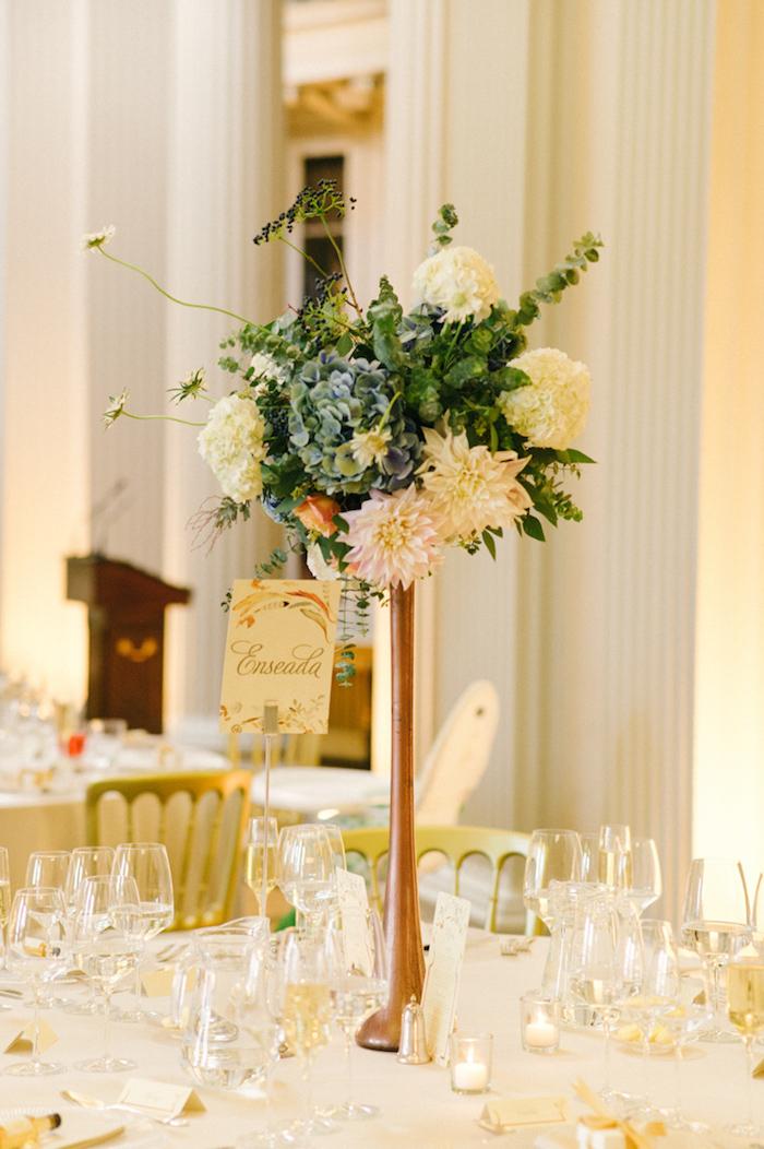 Ideen für Tischdekoration für herbstliche Hochzeit, Strauß aus herbstlichen Blumen, weiße Duftkerzen