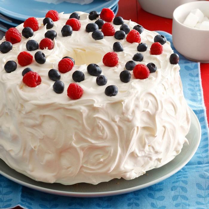 mit weißer Creme, Himbeeren und Heidelbeeren dekoriert, Geburtstagstorten Rezepte