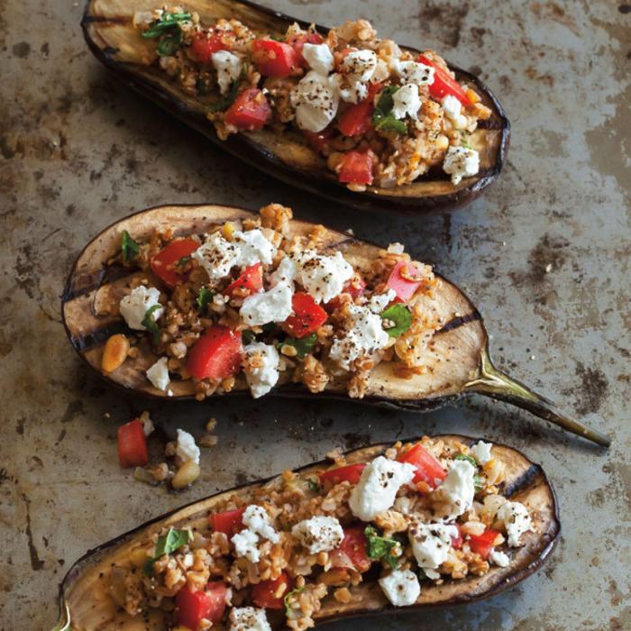 auberginehälften voll mit quinoa, käse und tomaten, besondere vorspeisen. passend zum sonner und winter