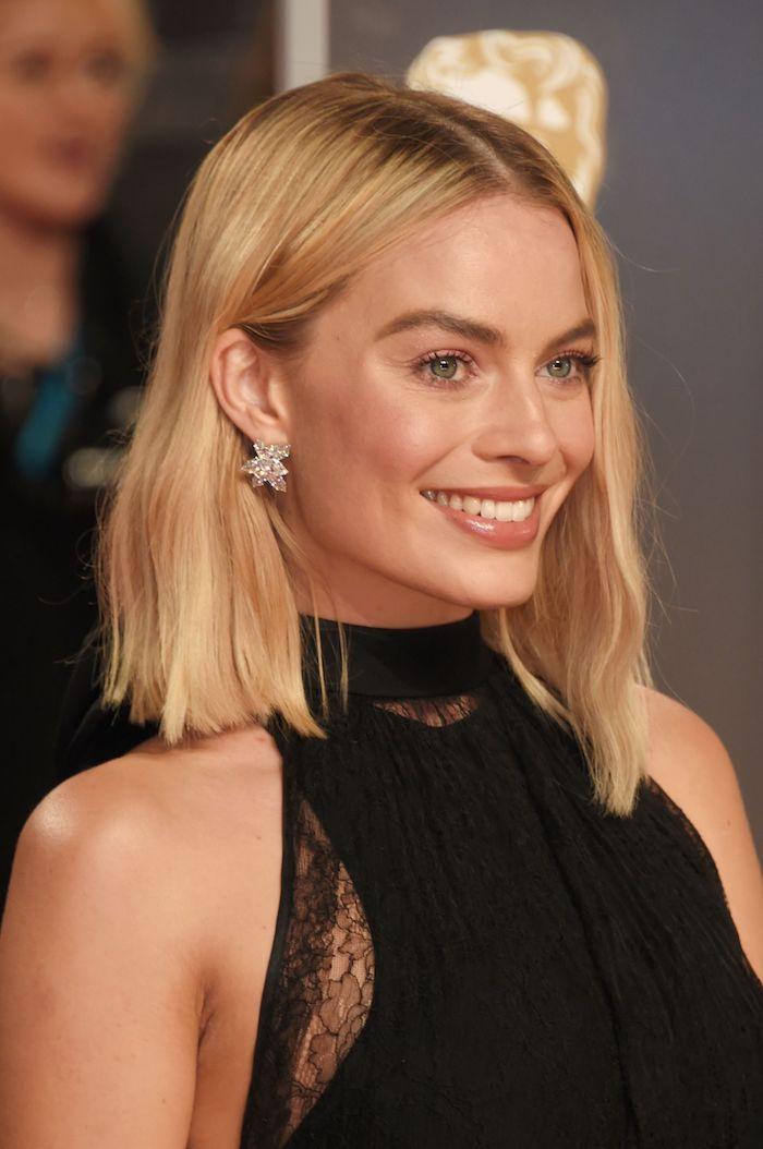 Blonde mittellange Haare, Bob Frisur mit Mittelscheitel, schwarzes Abendkleid mit Spitzenmotiven