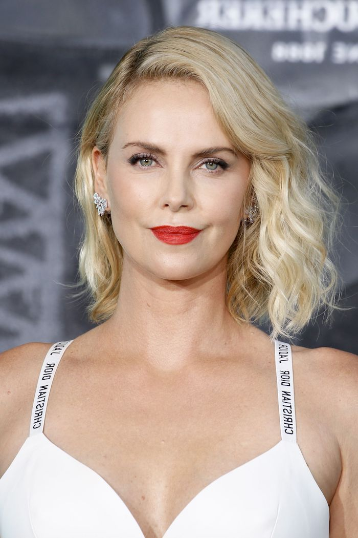 Blonde wellige Haare mit Seitenscheitel, roter Lippenstift, weißes Abendkleid