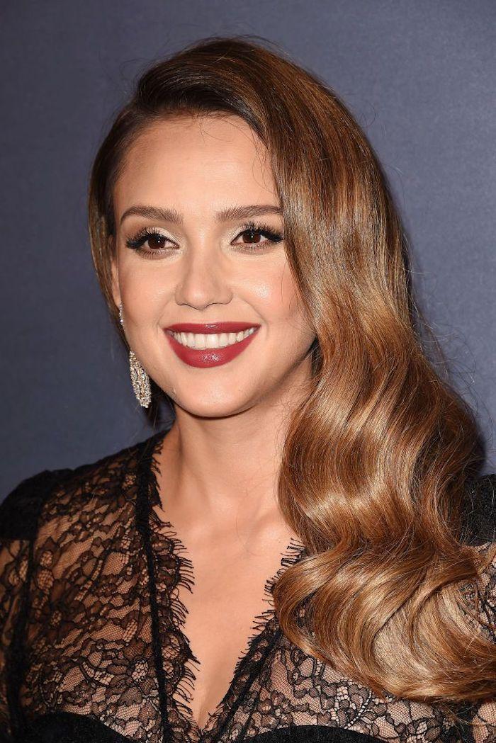 Hellbraune Haare mit Seitenscheitel, schwarzes Spitzenkleid, roter Lippenstift