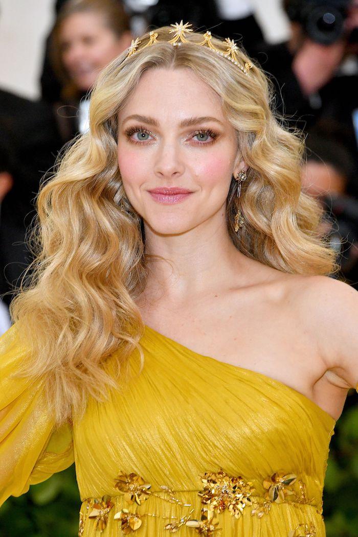 Lange wellige goldblonde Haare, goldene Krone, gelbes Abendkleid mit einem Ärmel