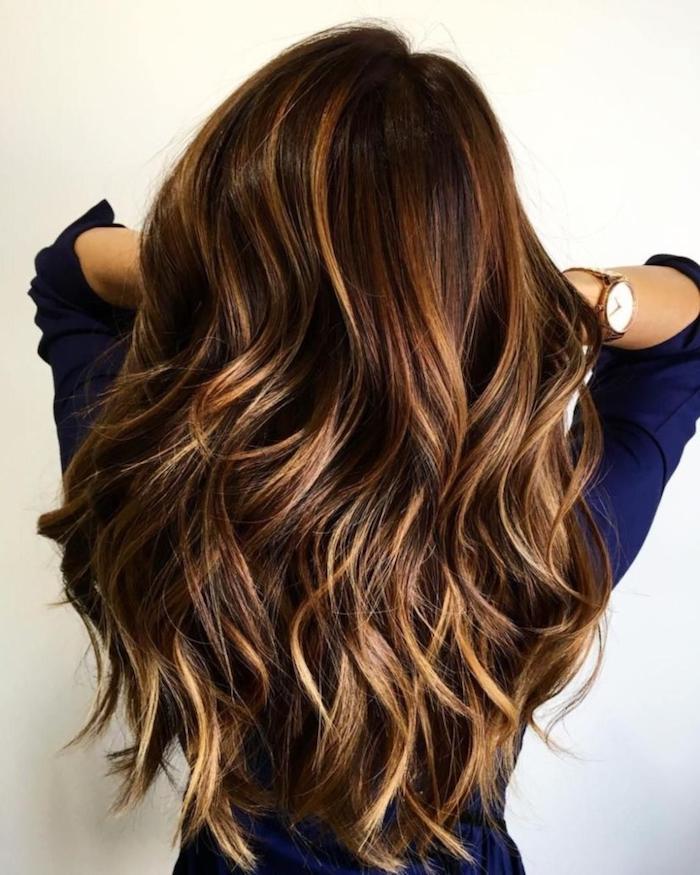 Balayage Haare, lange Haare, Haarfarben Trends 2018, dunkelblaues Hemd, goldene Armbanduhr