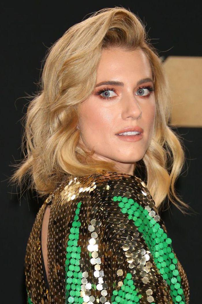 Goldblonde mittellange Haare mit Seitenscheitel, Kleid mit Pailletten, leichtes Make-up