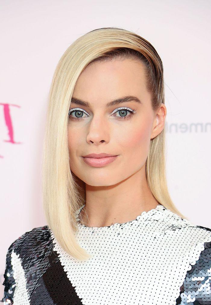 Blonde glatte Haare mit seitlichem Scheitel, weißer Eyeliner und matter Lippenstift, Abendkleid mit Pailletten