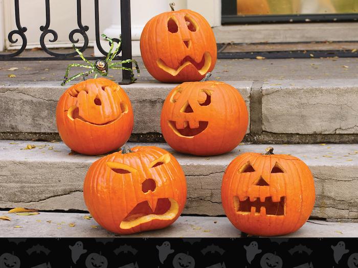lustige halloween orange kürbisse mit orangen zähnen und mit großen augen und treppen, einen kürbis schnitzen, halloween deko selber basteln, kleine fliegende graue geister