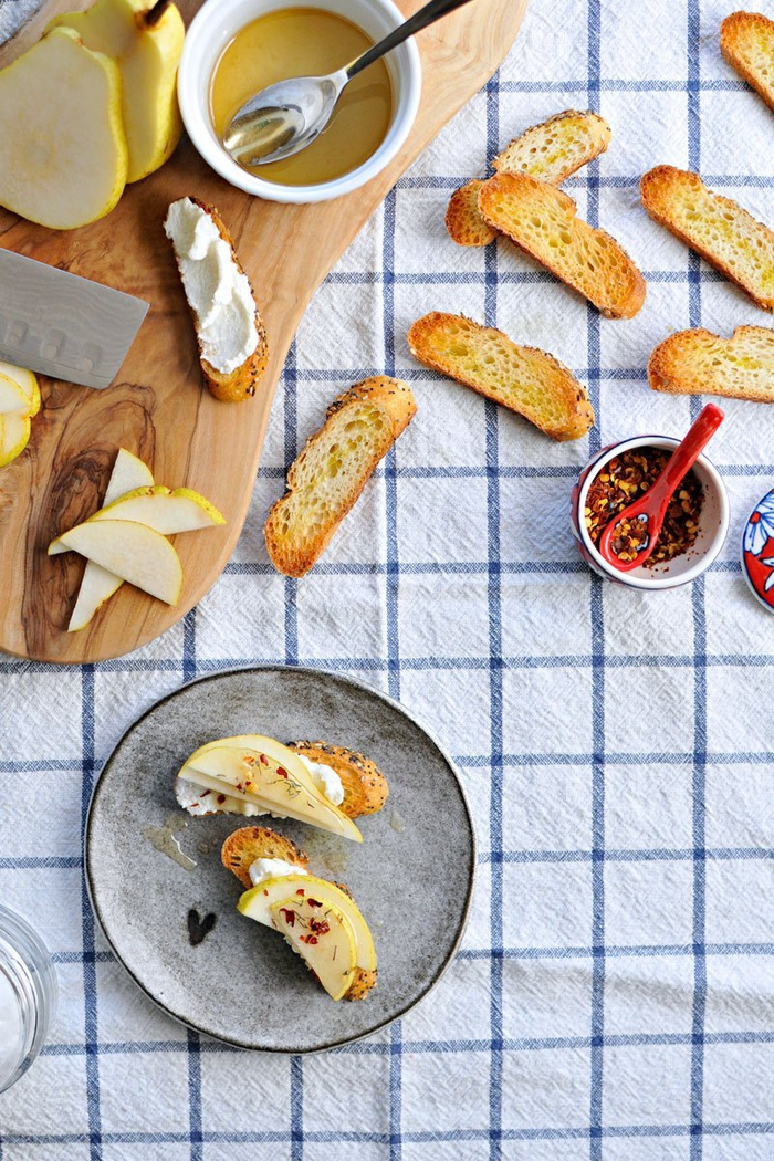 pizzaschnecken vegetarisch oder bruschette mit käse und gewürzen, italienische vorspeise ideen