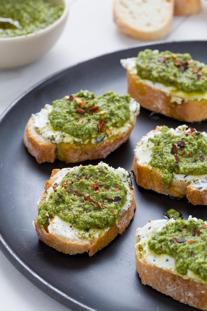 vegetarische snacks, easy und lecker sind diese bruschette mit pesto oder mit guacamole
