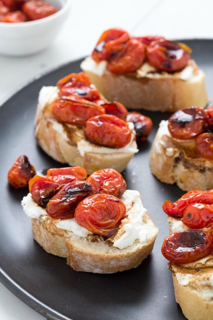 vegetarisches festessen einfach zubereiten, bruschetta mit weichkäse und tomaten