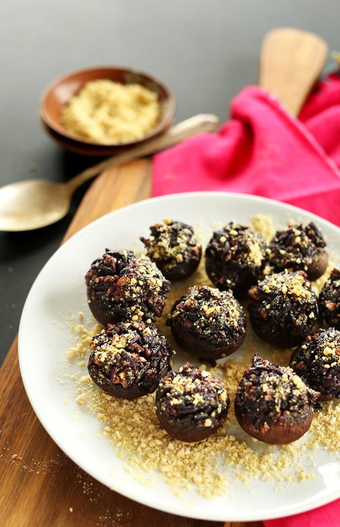 schnelle kalte häppchen selber kochen, käse und spinat mischung in kugeln formen und mit nüssen bestreuen