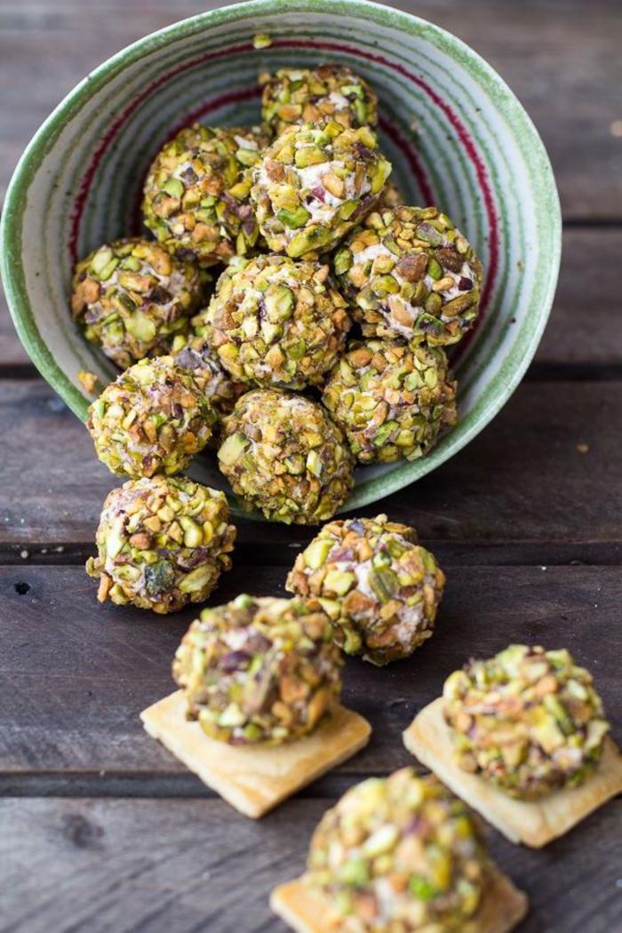 weitere ideen für vegetarische vorspeisen, kleine kugeln rohe käse bissen in schüssel