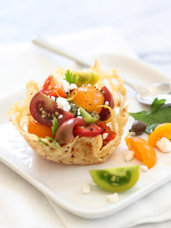 eine schöne idee für vegetarische vorspeisen, eier in muffinform backen und klein gehackte gemüse dazu hinzufügen, einfaches rezept