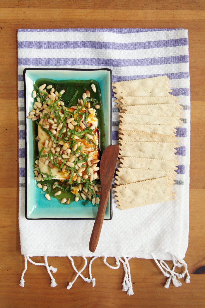 festessen vegetarisch, krackers als beilage zum besonderen gericht mit nüssen und spinat