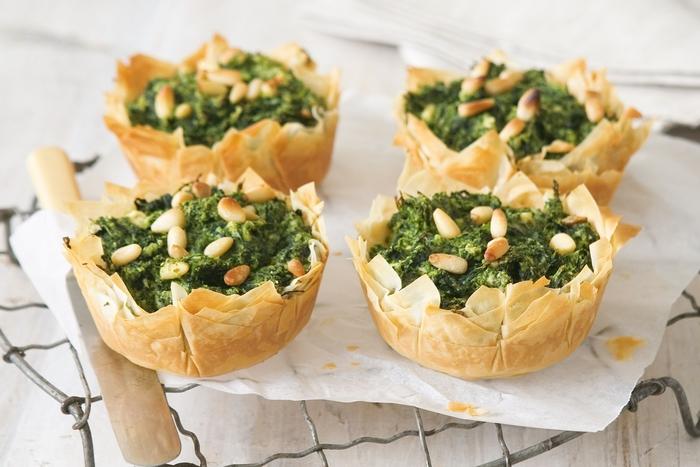 vegetarische snacks, gebacken in coolen formen, teigware voll mit spinat mischung und nüssen