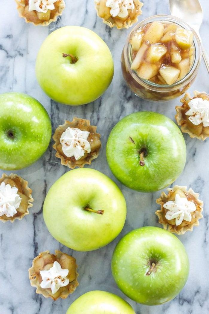 besondere vorspeisen, äpfel und kleine tarte mit erdnussbutter und sahne, kreatives essen