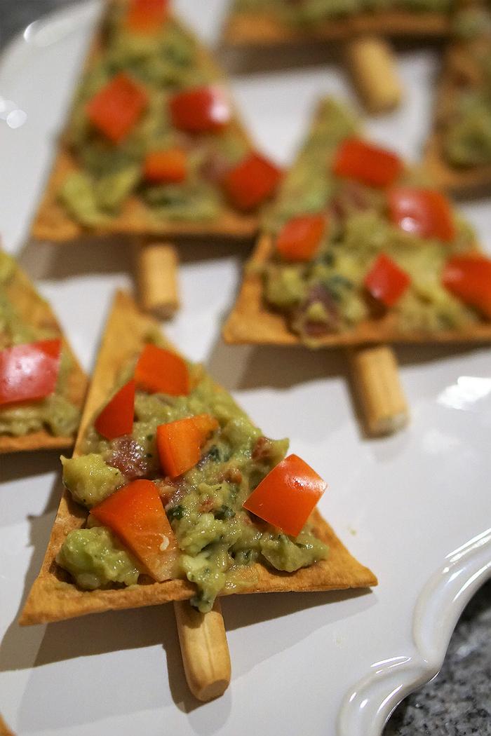 vegetarisches weihnachtsessen, tortilla chips als weihnachtsbäume, kreativ das essen gestalten, essen mit liebe, pesto, guacamole, tomaten