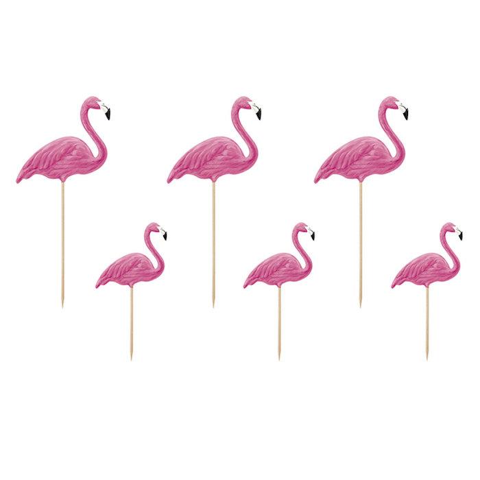 einige kleine cocktail stäbchen mit kleinen pinken flamingos mit pinken federn und flügeln