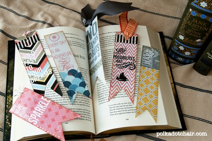 eine Menge bunte Lesezeichen mit weisen Sprüchen, DIY Lesezeichen in einem Buch