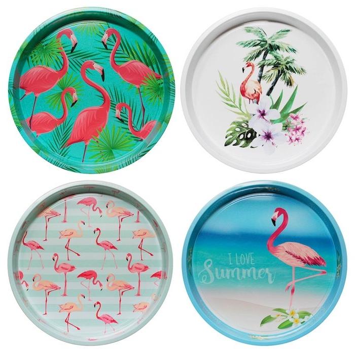 vier bunte kleine teller mit strand, einem blauen meer und mitr weißen blumen,, grünen palmen und vielen pinken flamingos