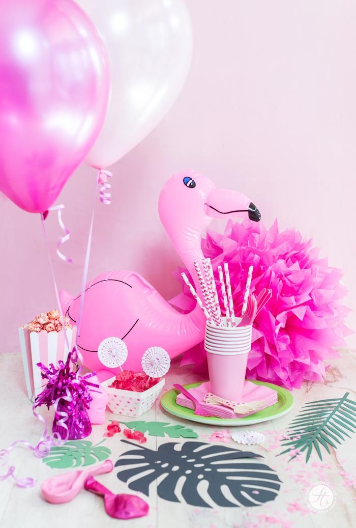 kinderparty organisieren, ein tisch mit grünen gläser mit weißen trinkhalmen und einer großen pinken flamingo und weißen und pinken ballons