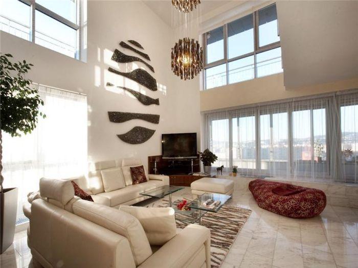 hohe decke, hängeleuchte, weißes ledersofa, wohnzimmerwand ideen, beige fliesen