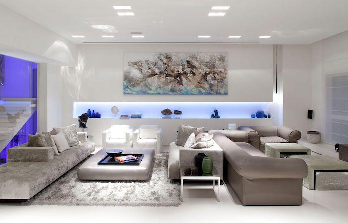 wanddeko wohnzimmer, blaue led beleuchtung, großes bild, einrichtung in weiß und grau