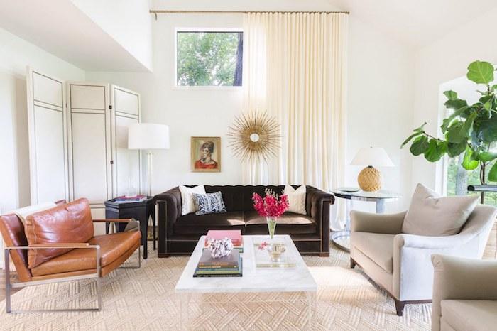 wanddeko wohnzimmer, graues sessel, sonnenspiegel mit goldenem rahmen, kleiner fenster