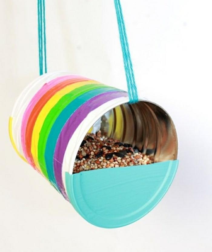 bastelideen mit anleitung in bildern, bunte dose aus metall als blumentopf gestalten, regenbogen muster deko
