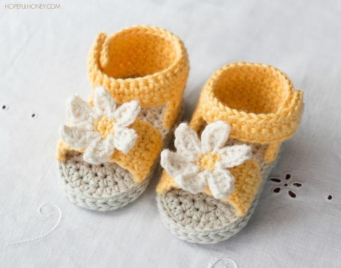 Selbstgestrickte Babyschuhe aus gelbem und weißem Garn, süße Sandalen mit Blumen