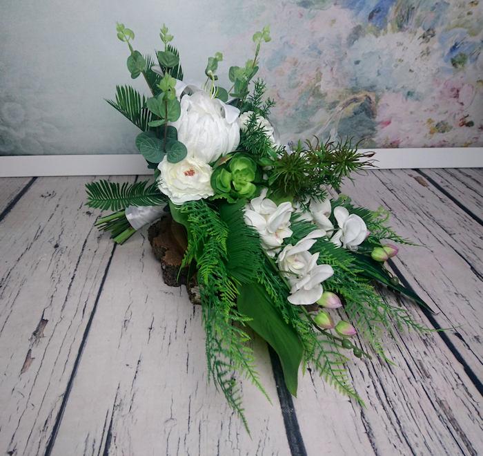 brautstrauß hortensie, ein boden aus einem weißen holz und ein brautstrauß mit weißen rosen und blumen und mit grünen blättern
