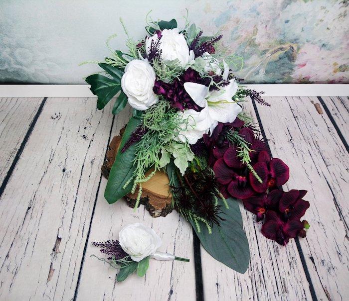 einen brautstrauß trocknen, ein wei0ßer boden aus holz und ein wasserfall brautstrauß aus violetten blumen und weißen rosen und großen grünen blättern, einen brautstrauß gestalten