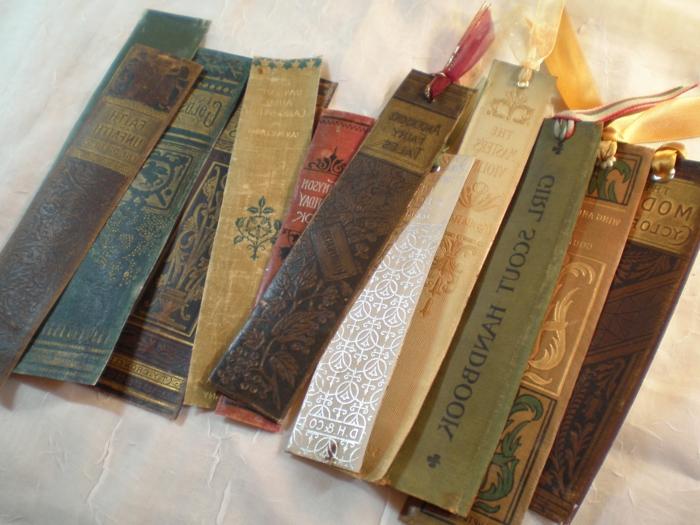 aus alten Bücher DIY Lesezeichen auszuschneiden, eine prima Ideen zum Upcycling