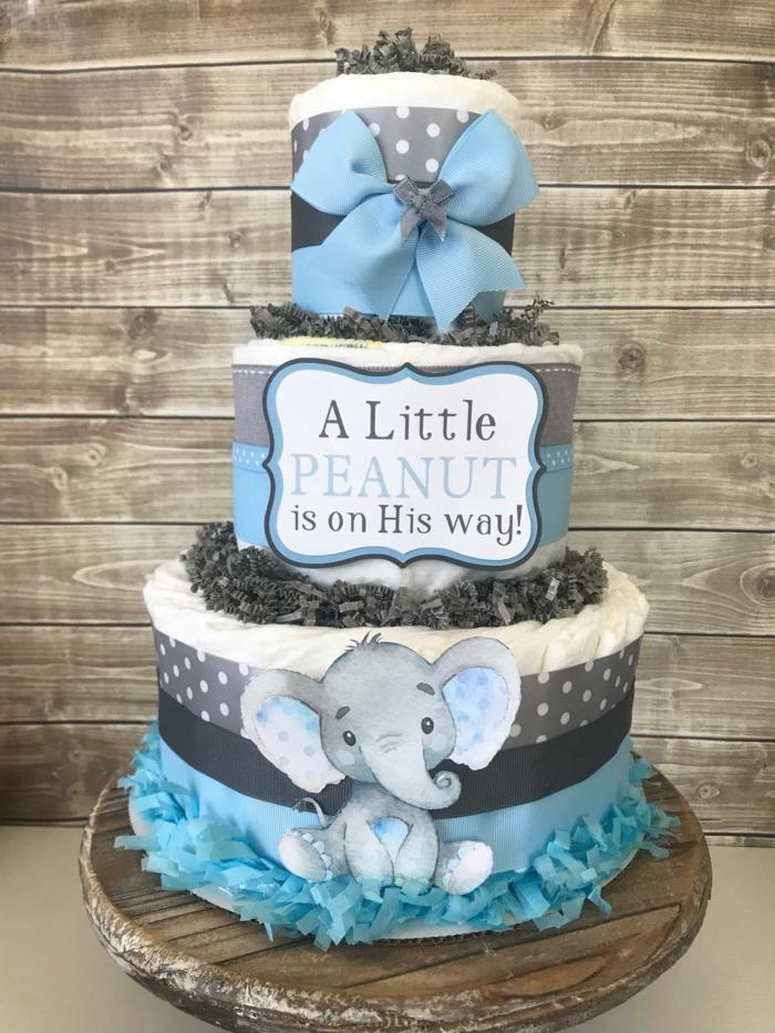 eine blaue Windeltorte für einen kleinen Jungen, ein kleines Elefanchen in blauer Farbe, Babyparty Geschenk