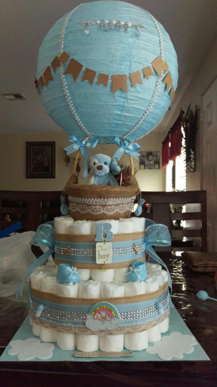 eine Windeltorte in blauer Farbe, ein Luftballon als Dekoration, Babyparty Geschenke