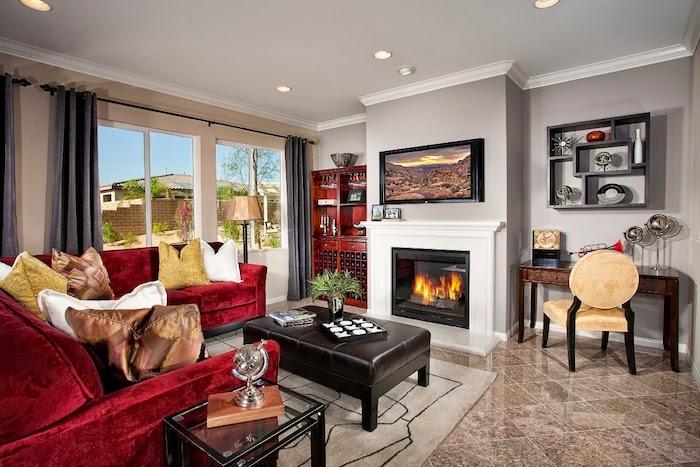 wohnzimmer deko ideen, rotes sofa aus samt, kamin im retro stil, braune fliesen mit marmor muster