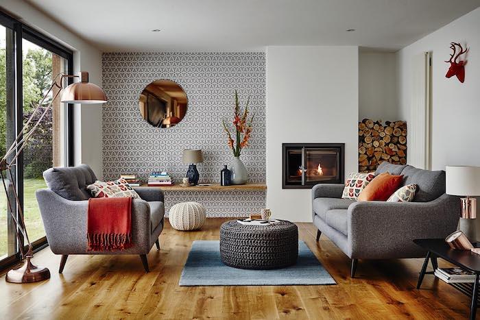 wohnzimmer einrichten, stehlampe in rose gold, runder spiegel, tapette mit geometrischem muster