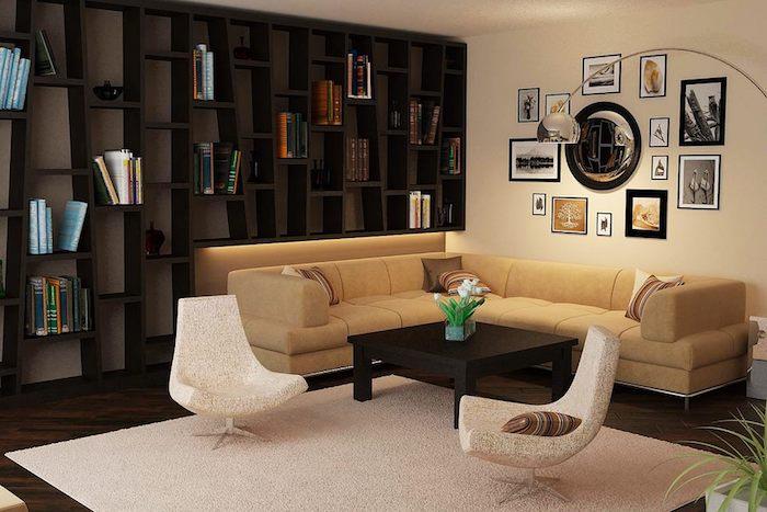 kleines wohnzimmer einrichten, schwarze regale mit bücher, beige ecksofa, designer sessel