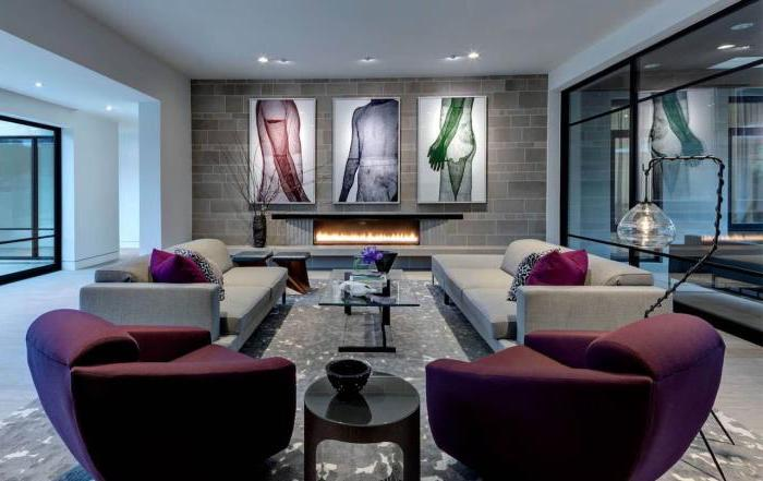 wohnzimmer ideen, drei große bilder, einrichtung in grau und lila, kamin
