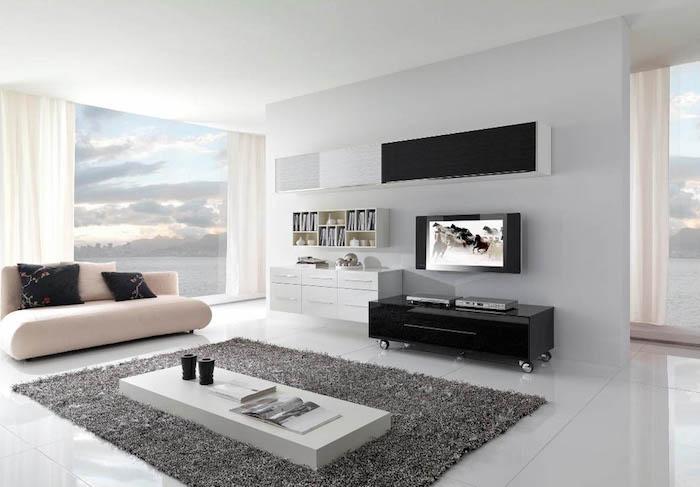 wohnzimmer ideen für kleine räume, große fenster, weiße gardinen, kleiner fernseher, eckiger teppich