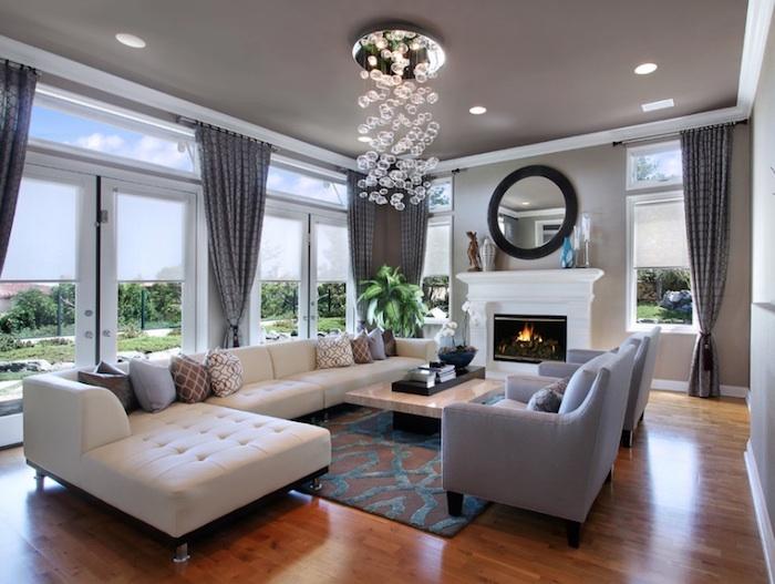 wohnzimmer ideen, pandelleuchte mit blasen, großes weißes sofa, zwei graue sessel