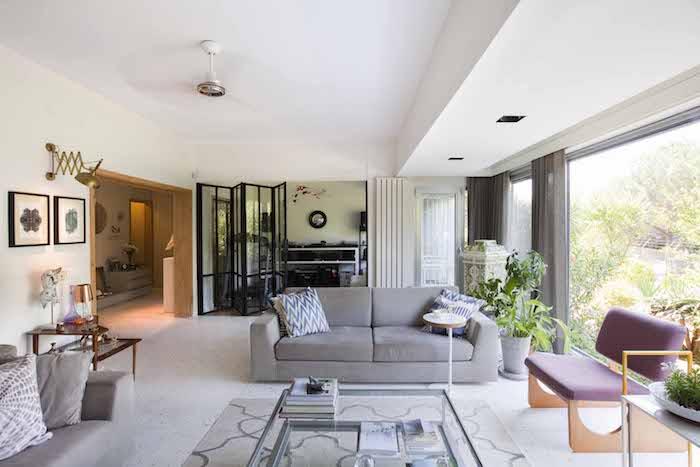 wohnzimmer wand ideen, dekokissen mit geometrischen mustern, bilder, goldene lampe